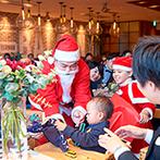 """LOS ANGELES BALCONY RESTAURANT&BAR(ロサンジェルス バルコニー レストラン&バー):""""クリスマスパーティ""""がテーマ。季節感たっぷりの装飾やBGM、サンタからのプレゼントタイムで楽しませた"""