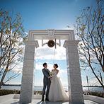 ラ・スイート神戸オーシャンズガーデン:手を伸ばせば届きそうなほど目の前に海の景色が迫るチャペル。ガーデンでのさわやかなひと時も素敵な思い出