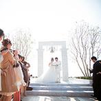 ラ・スイート神戸オーシャンズガーデン:当日は絶好のガーデンセレモニー日和!自然光に輝く神戸の海と、友人達に見守られて楽しく誓いをたてた