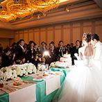 ラ・スイート神戸オーシャンズガーデン:淡く上品なブルーが純白のドレスと装花を引き立てる。富山出身の新郎、大阪出身の新婦にちなんだメニューも