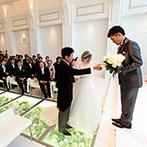 ラグナヴェール 金沢(LAGUNAVEIL KANAZAWA):花が敷き詰められたガラスのバージンロードにときめいた。和装が似合うシックなパーティ会場も理想通り