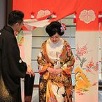 """ラグナヴェール 金沢(LAGUNAVEIL KANAZAWA):旧加賀藩に伝わる""""花嫁のれん""""をくぐり、番傘を差してごあいさつ。大切な人たちに感謝を伝えた披露宴"""