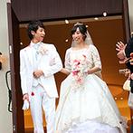 ラフィネ・マリアージュ迎賓館:祝福の羽根が舞う幻想的な挙式にゲストもうっとり。大階段では祝福のフラワーシャワーに笑顔いっぱい!
