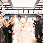 渭水苑/祥雲閣:左右の大きな窓から自然光が射しこむ、開放的なチャペルで人前式。リボンやシャボン玉の祝福に幸せを実感