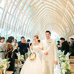 チャペル ド コフレ 札幌:新婦の夢を叶えた正統派ウエディング。ブーケトスは、シャンデリアが輝く祭壇で想いのままに天高く放った