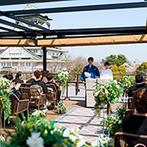 THE LANDMARK SQUARE OSAKA(ザ ランドマークスクエア オオサカ):天守閣と公園を見渡すガーデンチャペルでの誓い。青空の下、桜の花を愛でながらゲストと幸せを分かち合った