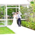 キャッスルガーデン OSAKA:ガーデンの緑に映える白い道を通り、ナチュラルな装花が彩る会場へ。美味しい料理も自然な笑顔を引き出した