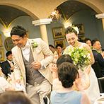 リストランテ カノビアーノ (ホテル雅叙園東京):鉢植えや切り株でナチュラルにコーディネート。再入場では新郎がひざまずいて新婦の手にキスをする一幕も