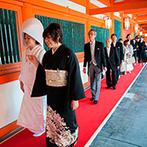 平安神宮会館(国指定名勝神苑):朱塗りの回廊を通り、大好きな母親に手を引かれての参進。雅楽の生演奏や巫女の舞も神聖な結婚式を彩った