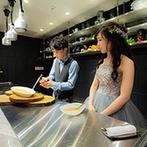 LAGUNAVEIL ATELIER(ラグナヴェール アトリエ):ふたりがオープンキッチンで仕上げるクレームブリュレなど、多彩なデザートビュッフェのおもてなしも好評