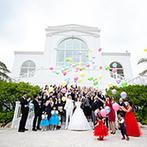 セントレジェンダ OKINAWA(CENTLEGENDA OKINAWA):オーシャンビューのチャペルで愛を誓った後は、真っ白な大階段でフラワーシャワー&バルーンリリースを満喫