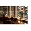 Restaurant Lounge アンクルハット:天井高でガラス張りの洗練された空間