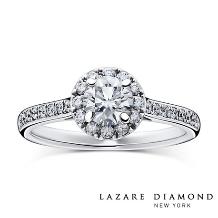 ラザール ダイヤモンド ブティック_華やかな取り巻きとラインメレのアームが美しいエンゲージリング。