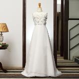ONDE ROSSO BRIDE(オンデロッソ・ブライド):ビスチェ部分はたくさんの3Dフラワー、可愛らしいドレスお探しの方に☆