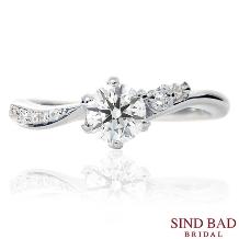 SIND BAD_婚約指輪 両サイドで違った表情を見せる繊細で華やかな婚約指輪