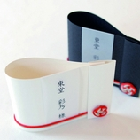 紙とDesign アズマドウ:《席札》270円/高級紙の美しい「曲線」×縁をつなぐ「あわじ結び」が素敵/むすび