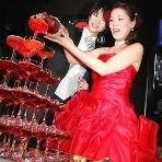 BeeRUSH UMEDA:真っ赤なドレスに真っ赤なシャンパンタワー!ドレスに合わせてシャンパンタワーを選ぶのもいいですね!