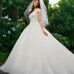 Bridal HIRO(ブライダル ヒロ):【HIRO】人気のKIYOKOHATAドレス。よく見られるトップスには上品な刺繍