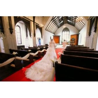 ゲストハウス リッチモンド:《ドレスを魅せる赤絨毯》歴史を持つ温かみある教会で本格挙式を