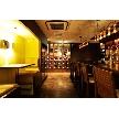 恵比寿 bERGAMO(ベルガモ):入り口を入ってすぐのオシャレなカウンター。正面にはたくさんのワインが並ぶワイン棚が。