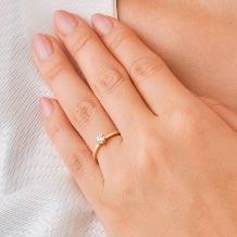 ORECCHIO(オレッキオ):<pipi> シンプルな立爪にエッジのきいた細身のアームが印象的な婚約指輪