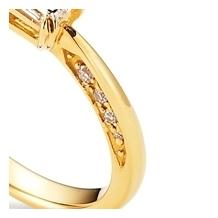 ORECCHIO(オレッキオ):【本誌掲載中】<pipi>側面にアシンメトリーにセッティングされたダイヤが魅力的