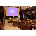灯-AKARI-:灯店自慢の150インチの特大スクリーン。無料でご利用頂けます。