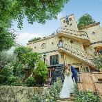 ラ・ボエム白金:白金に佇む古城。新郎のエスコートで階段を登る新婦。