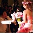 ウェディング&パーティ グレースバリ新宿店:ひざまずいてお花を!
