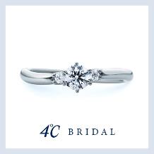 4℃ BRIDAL_【テンダーハート】3石のダイヤモンドが寄り添いきらめく、華やかな印象の婚約指輪