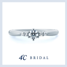 4℃ BRIDAL:【4℃ブライダル】優しく寄り添う5石のダイヤモンドの優美な煌めき