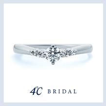 4℃ BRIDAL_【4℃ ブライダル】指に寄り添うような美しいV字ラインに煌めく5石のダイヤモンド