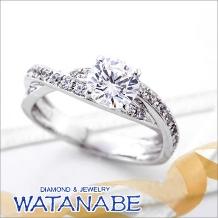 WATANABE/卸商社直営 渡辺_[WATANABE]1ctダイヤを包み込むデザインが指元を華やかに装う。