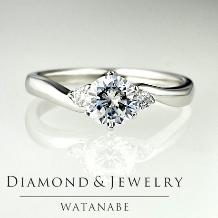 WATANABE/卸商社直営 渡辺:[0.305ct]指を長く見せるウェーブラインにメレを配し華やかさをプラス
