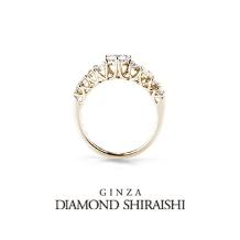 銀座ダイヤモンドシライシ:サイドビューは爪と爪が交差し、且つ流れる様な連なりをみせる精巧なつくり【オペラ】