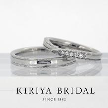 KIRIYA BRIDAL (宝石の桐屋)_全周ミル打ちを施しダイヤを配したV字のマリッジリング
