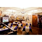 Italian Dining E'Carina!(カリ~ナ):ゲストの目線から見たメインテーブルと店内の雰囲気