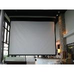 Ristorante ATTIMO:200インチの大型スクリーンも魅力のひとつです。