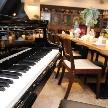 ナチュラルイタリアン Hibiki:スタインウェイのグランドピアノを設置しております。無料でご自由にご利用頂けます。ご友人からの演奏のプレゼントや、お互いのパートナーに向けてのサプライズ演出などにご利用下さい。