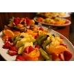 W CAFE 心斎橋(ダブリューカフェ):お料理の最後のお口直しとして、ケーキと共にご提供させて頂くフルーツ盛り。様々なカット方法を駆使した見た目にも鮮やかなフルーツディッシュ。フルーツの種類は季節や仕入れによって変更になる場合がございます。