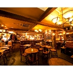 Peat IRISH TAVERN(ピートアイリッシュタバーン):木のぬくもりを感じる店内。なんとなくお家にいるように落ち着き、まるでホームパーティーを開いている様・・・
