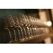 CORONA(コローナ):バーカウンター後方のワイングラス。クラシカルな雰囲気の中にモダンさを取り入れたスタイリッシュな内装。