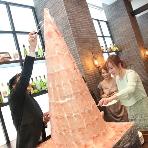 CORONA(コローナ):二次会の演出に!名物「生ハムタワー」 CORONAの人気メニュー「パルマ産生ハム食べ放題」を二次会パーティー用にアレンジ!2メートル超の「生ハムタワー」が扉より登場してきてゲストもビックリ!? イベントやサプライズプレゼントに喜ばれること間違いなし。名物「生ハムタワー」はゲストの印象に強烈に残る演出です!