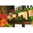 CORONA(コローナ):会場奥にディスプレイされた色鮮やかなボトルワイン。