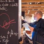 "PIZZA SALVATORE CUOMO(サルヴァトーレクオモ):グランシェフ""サルヴァトーレ・クオモ""は、お店のオープン時に想いを込めて壁にメッセージを書き込みます!溢れ出すパッションを感じてください♪"