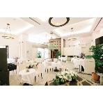 青山Plaisir(プレジール):ウエディング感あふれる白を基調とした会場は通年人気会場です♪植物も多くナチュラルな面も◎