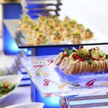 Alice aqua garden Tokyo 銀座:青を基調とした装飾と、ゲストが喜ぶ料理の数々