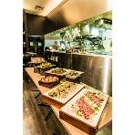 Mercedes-Benz Connection UPSTAIRS:ピザ釜併設のオープンキッチンはライブ感たっぷり!!
