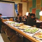 MOKUOLA DexeeDiner 新横浜:ブッフェテーブルの奥には大型スクリーン。