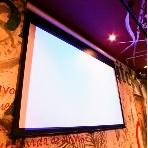 GOCCHI BATTA 渋谷道玄坂:プロジェクター完備。ipod,PC,DVD等の映像を巨大スクリーンでお楽しみ頂けます。